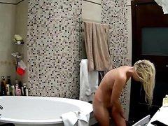 Любительское подглядывание за голой блондинкой в ванной комнате