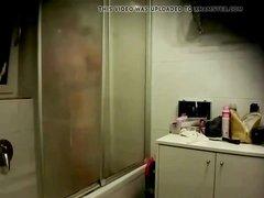 Зрелая блондинка перед домашней скрытой камерой купается в ванной