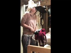 Любительское подглядывание за молодой блондинкой оголившей сиськи