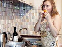 Русская зрелая домохозяйка показывает киску и большую попу на кухне