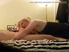 Толстая и зрелая блондинка перед домашней скрытой камерой сосёт член