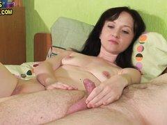 Зрелая брюнетка держит крепкий член и мастурбирует киску до оргазма