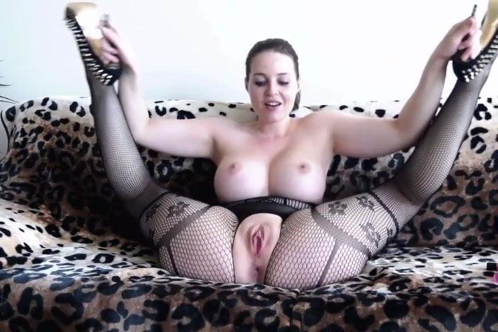 Грудастая красотка мастурбирует анал и киску перед домашней вебкамерой