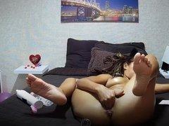 Молодая смуглянка и домашняя мастурбация с дилдо перед вебкамерой
