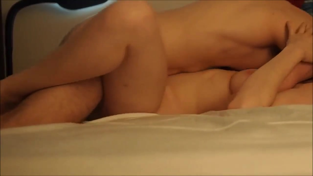 Скрытая камера снимает домашний секс с молодой развратницей в постели