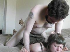 Молодая блудница делает домашнюю глубокую глотку и трахается  в киску