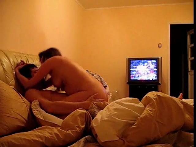 Похотливая зрелая развратница и домашний секс на камеру в спальне