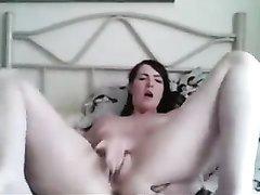 Молодая дама перед домашней вебкамерой мастурбирует киску и кончает