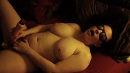 Зрелая пышка с большими сиськами и домашняя мастурбация волосатой щели