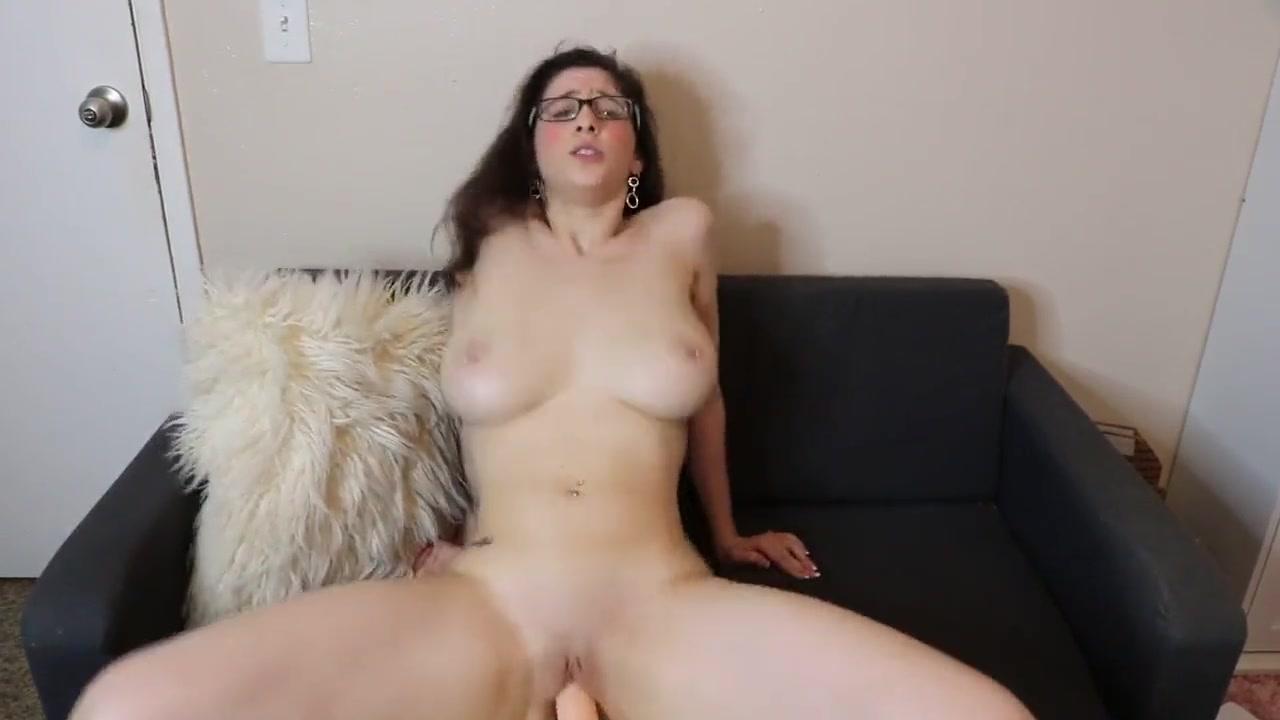 Стриптиз грудастой блудницы и любительская мастурбация с фаллосом
