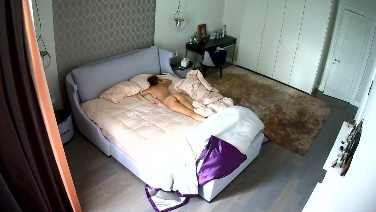Стройная брюнетка перед домашней скрытой камерой трахнулась с мужем