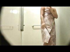 Любительское подглядывание за грудастой кокеткой принимающей душ