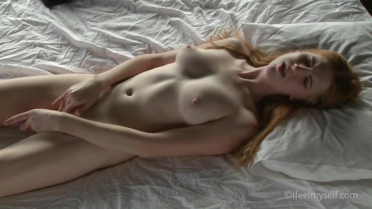 Рыжая блудница мастурбирует бритую щель вибратором и кончает