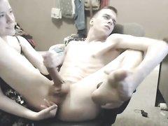 Кокетка перед домашней вебкамерой делает массаж простаты и дрочит член