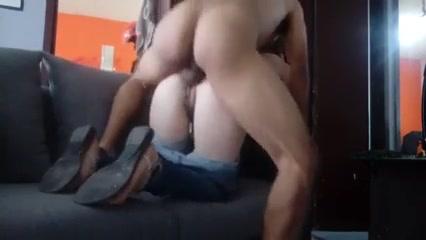 Минет и любительский хардкор с фигуристой красоткой на диване