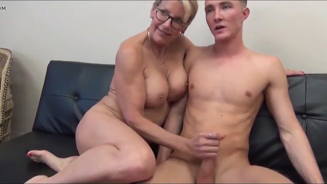 Зрелая блондинка после куни дрочит член любовника до окончания