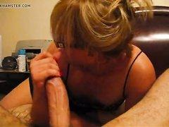 В отеле зрелая блондинка делает домашний минет с глубокой глоткой