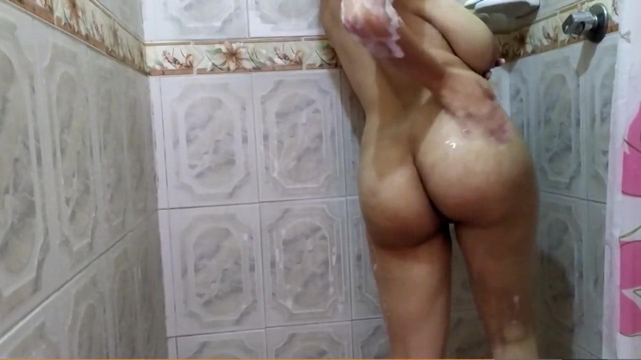 В ванной роскошная зрелая домохозяйка обнажила большие сиськи и киску
