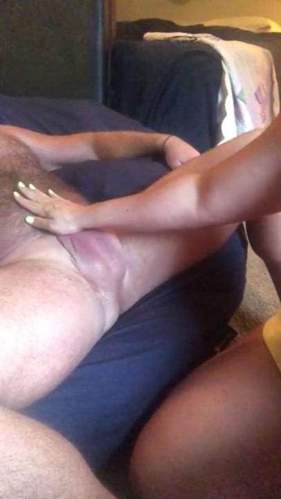 Зрелая любовница перед домашней вебкамерой до оргазма дрочит член