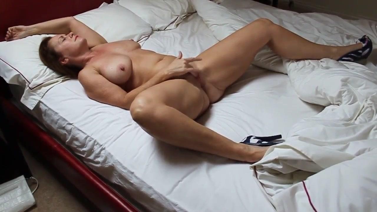 Подглядывание и домашняя мастурбация зрелой дамы с большими сиськами