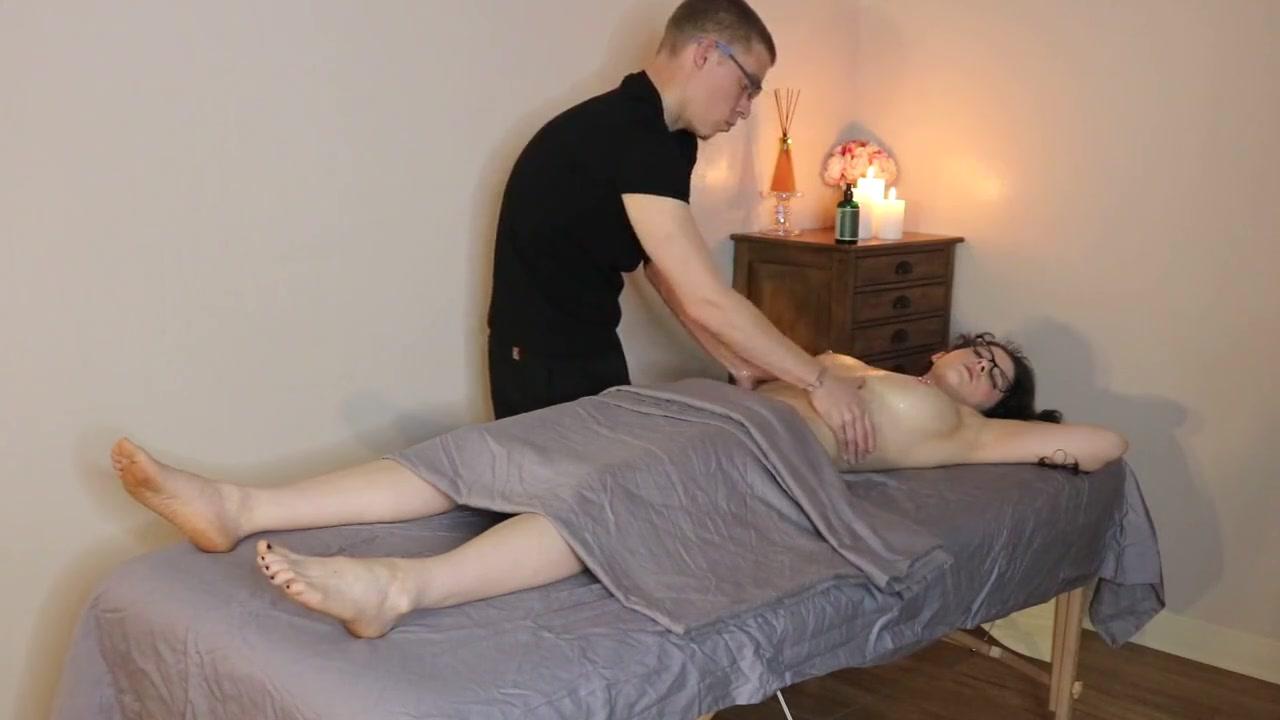 Грудастая брюнетка делает любительский минет и трахается с массажистом