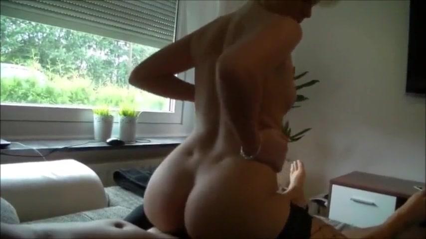 Немецкая блондинка делает любительский минет и трахается в киску