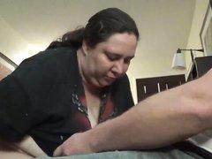 Зрелая и толстая блудница делает домашний минет и трахается с соседом