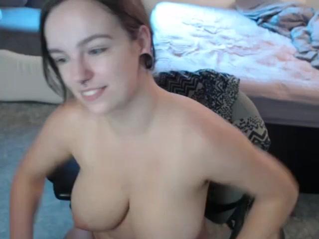Блудница по любительской вебкамере показывает большую попу и сиськи