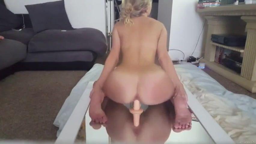 Грудастая блондинка приобрела дилдо для любительской мастурбации