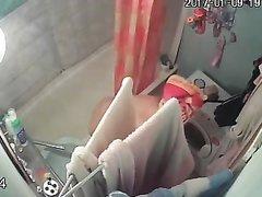 В ванной домашнее подглядывание за грудастой зрелой блондинкой
