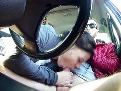 Шалава с трассы делает любительский минет водителю в салоне авто