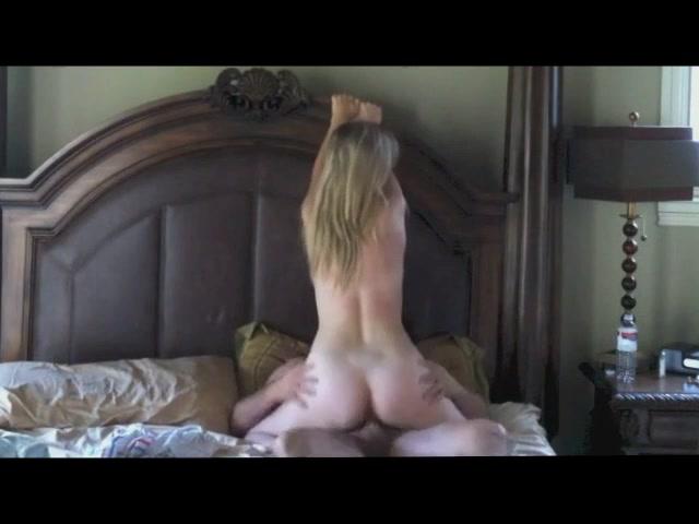 Стройная и зрелая блондинка перед скрытой камерой изменила супругу