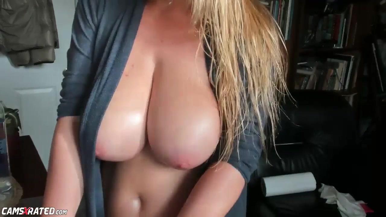 Блондинка по любительской вебкамере показывает большие сиськи и попу