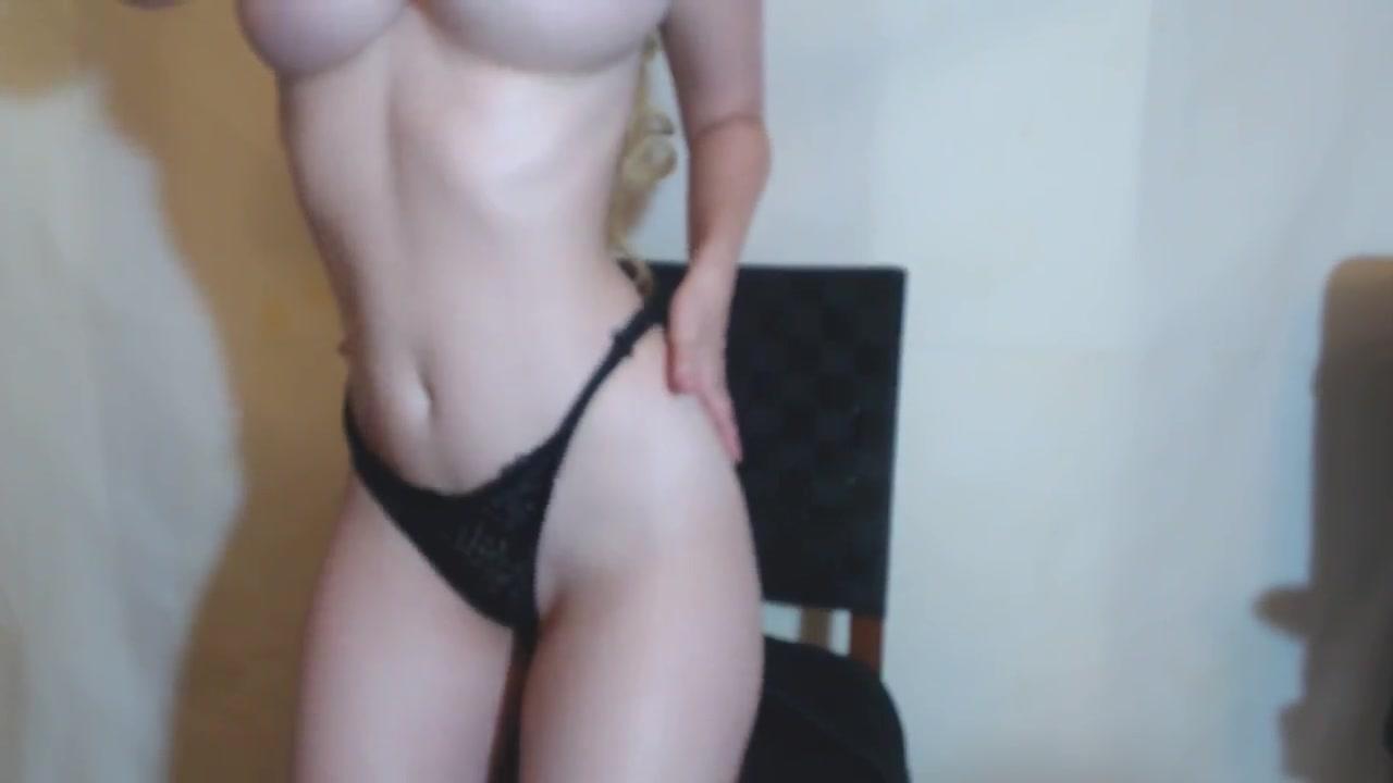 Блондинка по любительской вебкамере показывает большие сиськи
