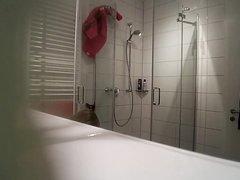 Грудастая зрелая блондинка и любительское подглядывание в ванной