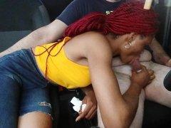 В машине рыжая негритянка строчит домашний минет белому водителю