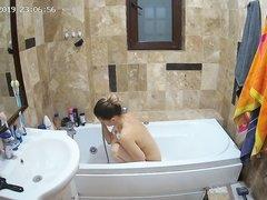 Подглядывание за фигуристой и молодой красоткой купающейся в ванной