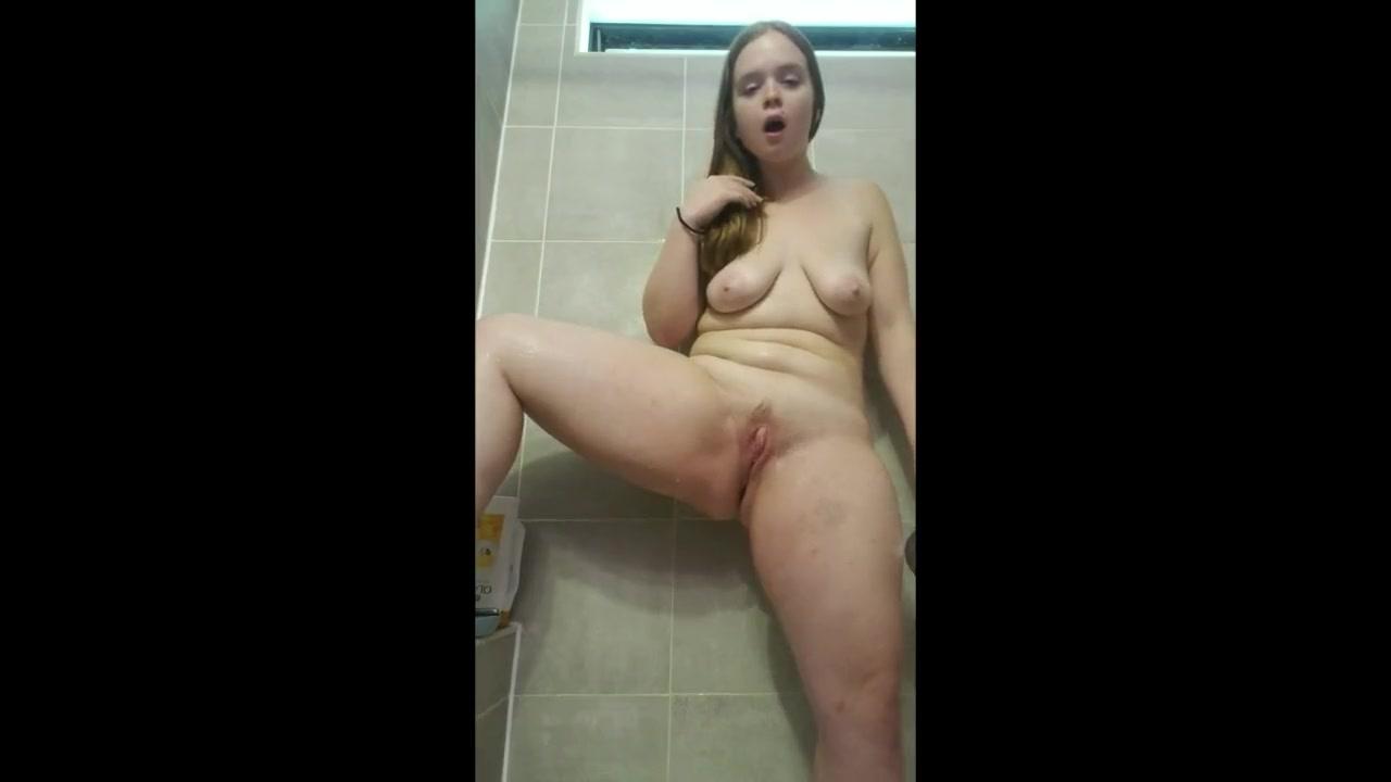 В душе любительская мастурбация и оргазм молодой и пышной блондинки