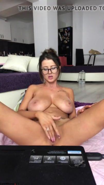 Любительская мастурбация шлюхи перед скрытой камерой перед вебкамерой