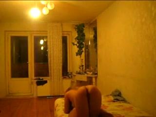 Русская шлюха перед скрытой камерой делает любительский минет