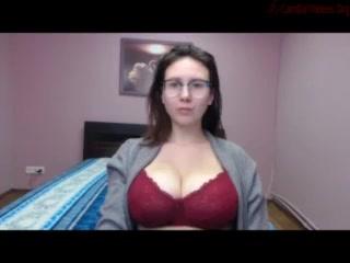 Красотка в очках перед любительской вебкамерой обнажила большие сиськи