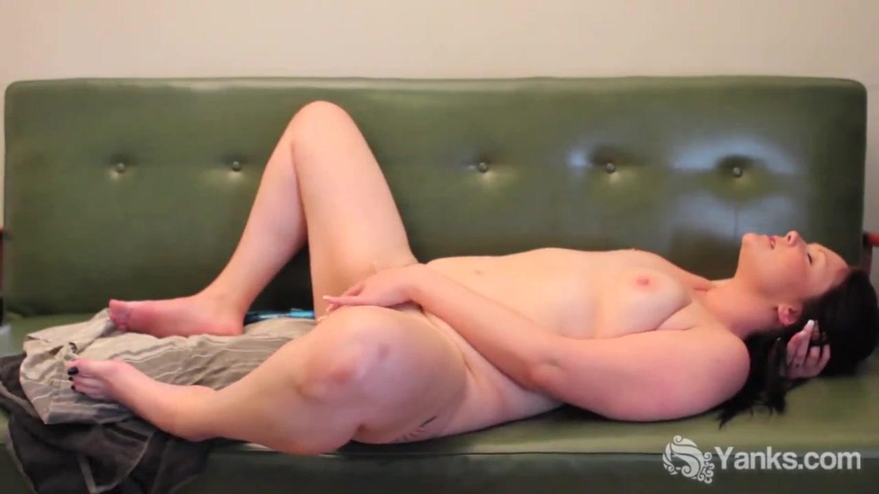 Зрелая толстуха сняла розовое нижнее бельё для домашней мастурбации