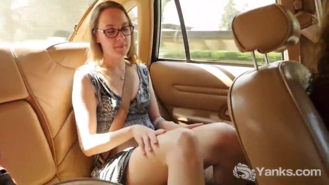 В машине любительская мастурбация молодой блондинки с бритой киской