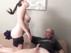 Зрелый мужик трахнул молодую любовницу и кончил на большие сиськи