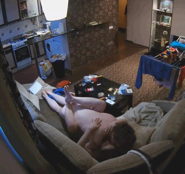 Молодая брюнетка перед домашней скрытой камерой изменила супругу