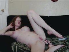 Грудастая рыжая шлюха мастурбирует анал по любительской вебкамере