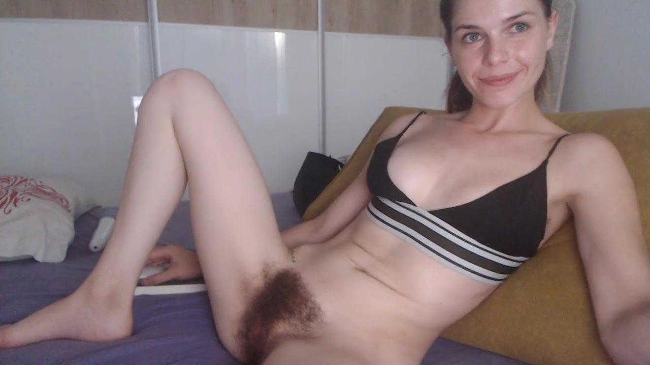 Развратница с волосатой щелью шалит по любительской вебкамере