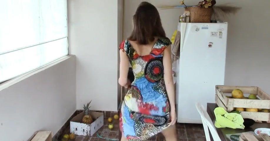 Танец и домашняя мастурбация волосатой киски и анал перед вебкамерой