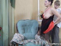 Русская зрелая дама развела молодого соседа на любительский секс