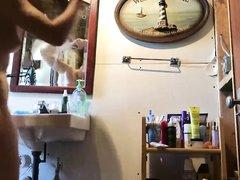 Крупным планом любительское подглядывание за голой красоткой в ванной